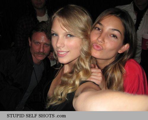 Daniel Craig photobombs Taylor Swifts self shot